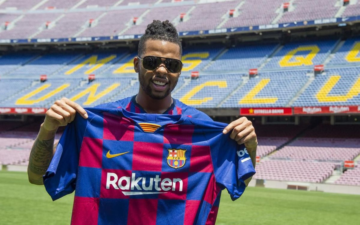 D'Angelo Russell visits Camp Nou