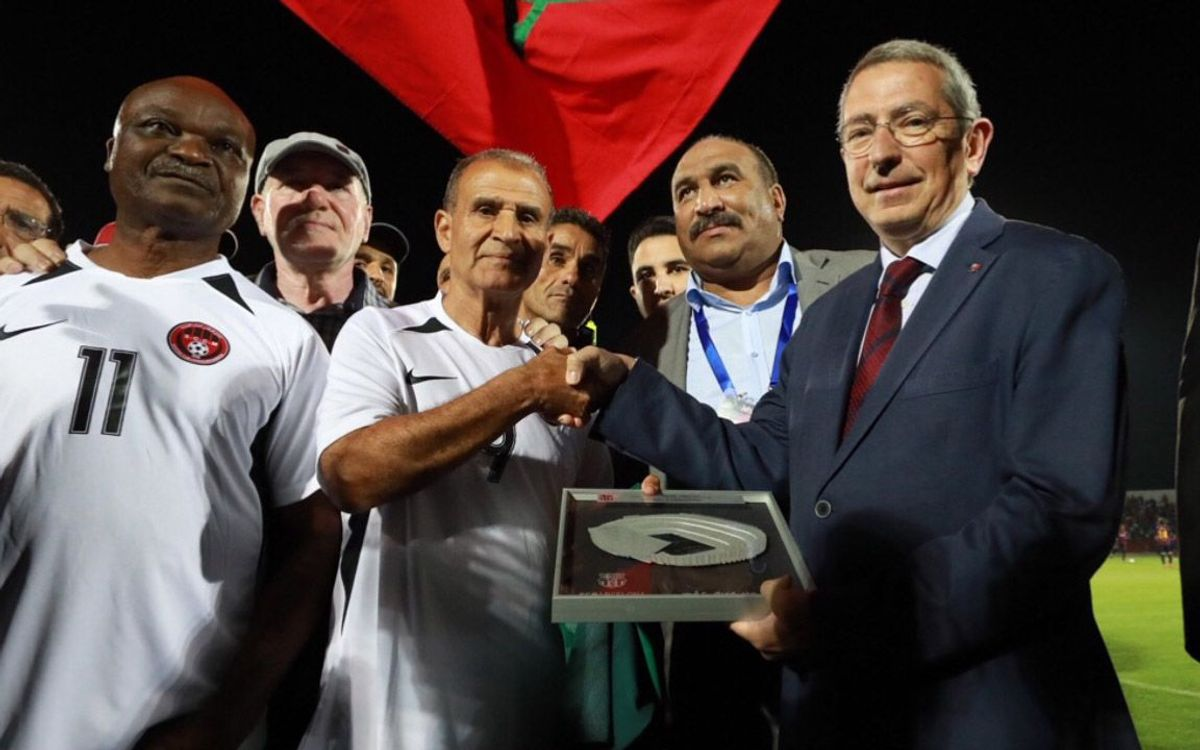 Pau Vilanova ha hecho entrega de un obsequio a Ahmed Faras