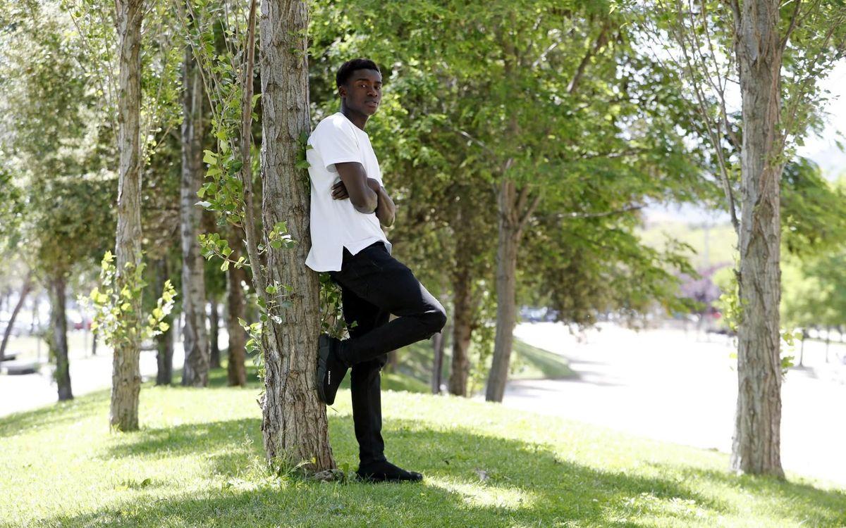 Moussa Wague devant la Ciutat Esportiva