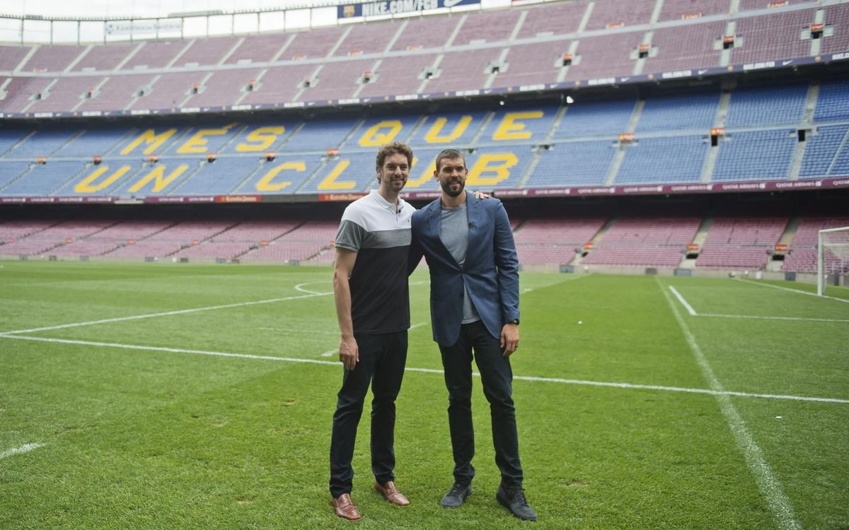 Marc Gasol (right) and Pau Gasol visited Camp Nou in October 2017.