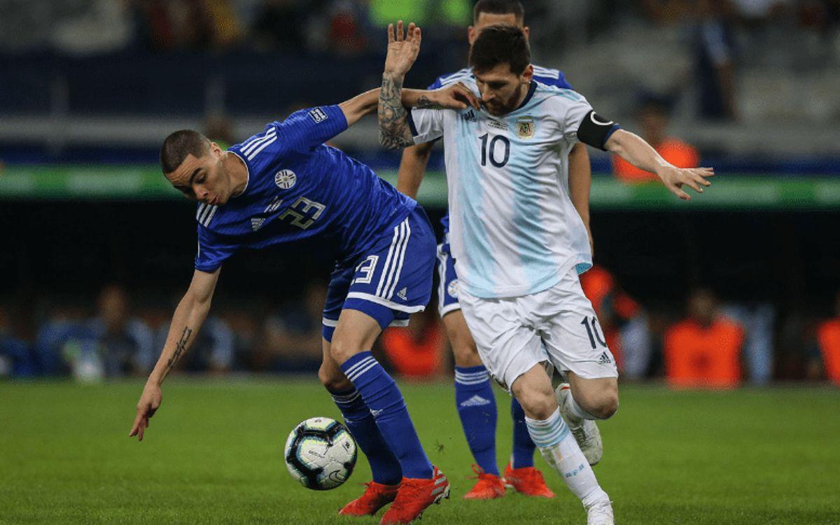 Messi jugando un partido con la selección argentina