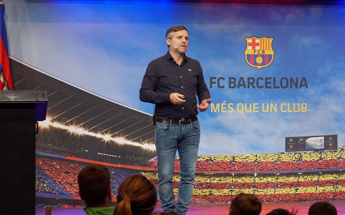 L'exjugador del FC Barcelona, Xavi Roca, en una conferència amb l'Agrupació.