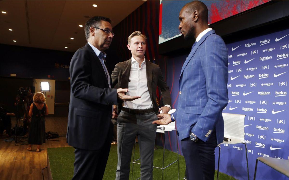 Abidal y el presidente Bartomeu, en la presentación de De Jong