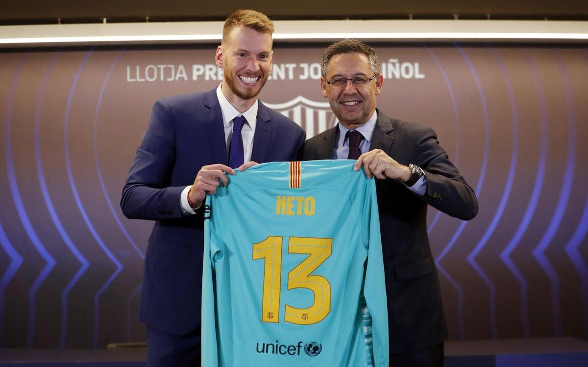 El presidente Josep Maria Bartomeu y Neto, el nuevo fichaje del Barça