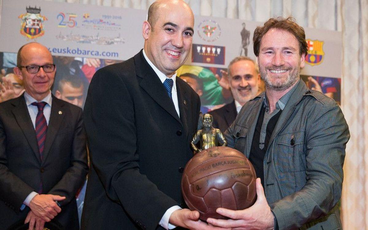 L'exjugador del FC Barcelona, Juan Carlos Rodríguez, lliura el record de l'Agrupació en presència del vicepresident del FCB, Jordi Cardoner.