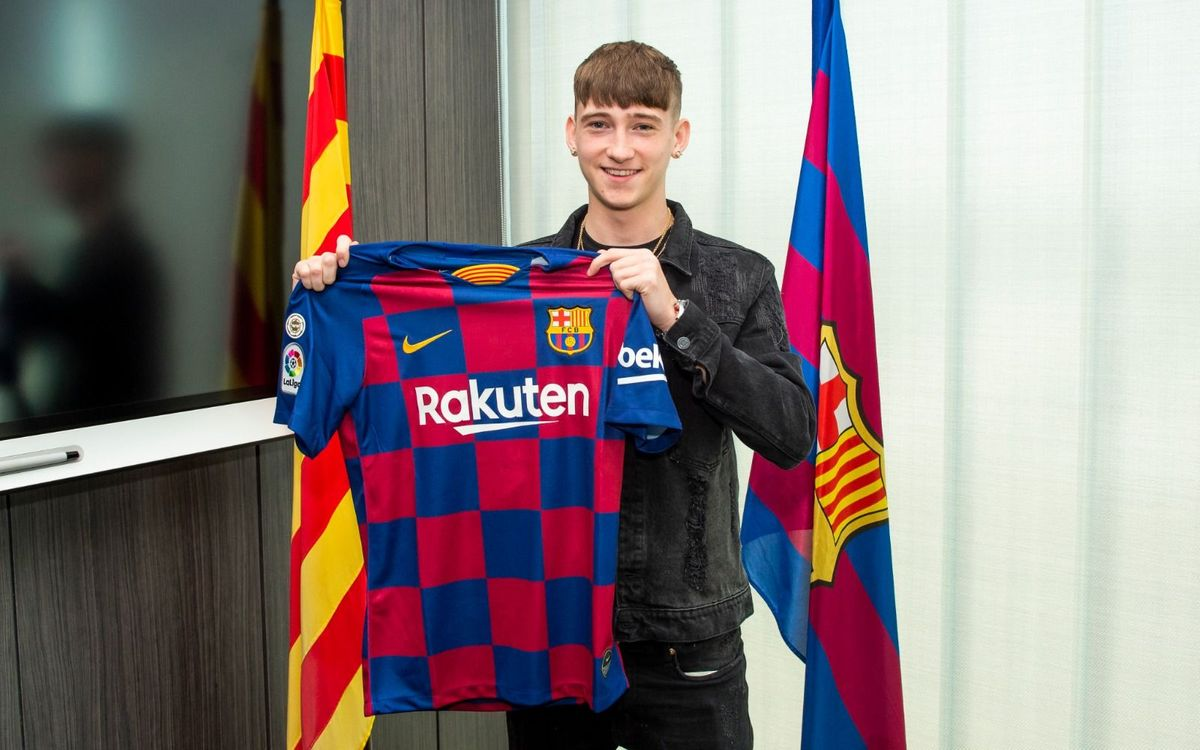 Louie Barry signs for Barça