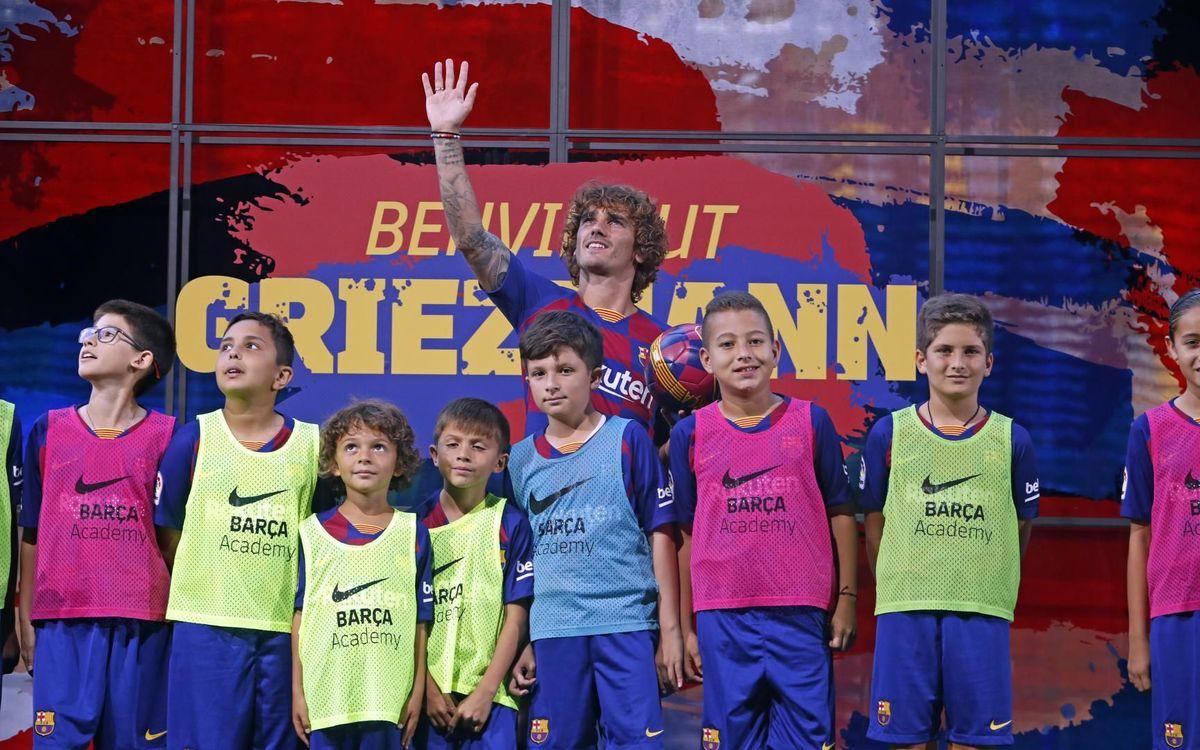 Griezmann, con los niños de la Barça Academy