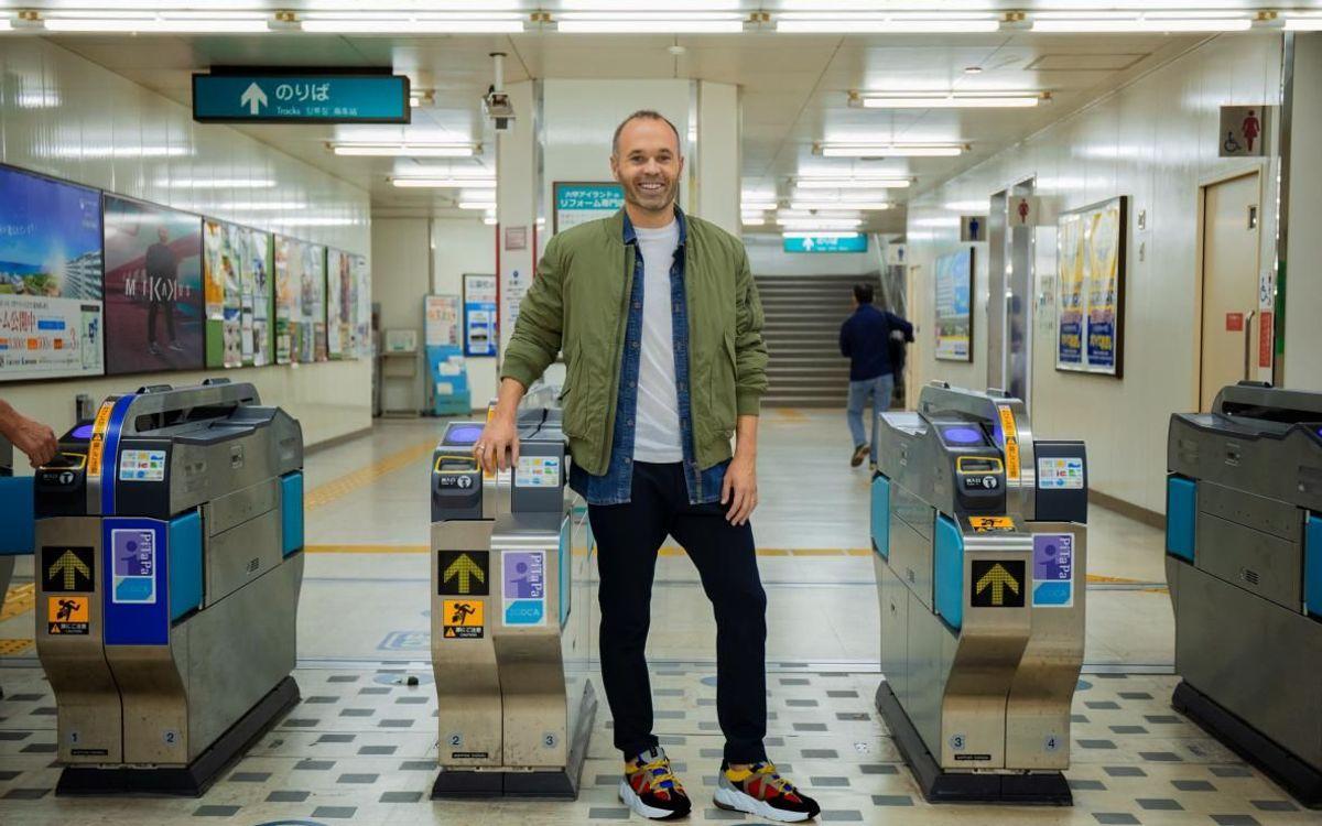 Iniesta, en el metro de Japón - SPORTS&LIFE