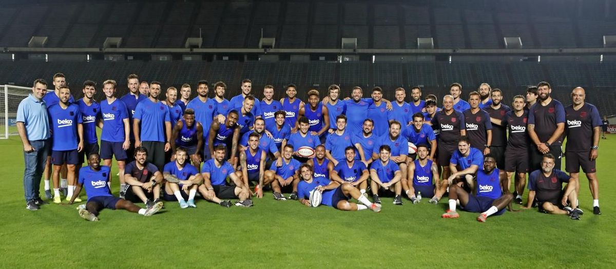 Barça family photo with football and rugby teams