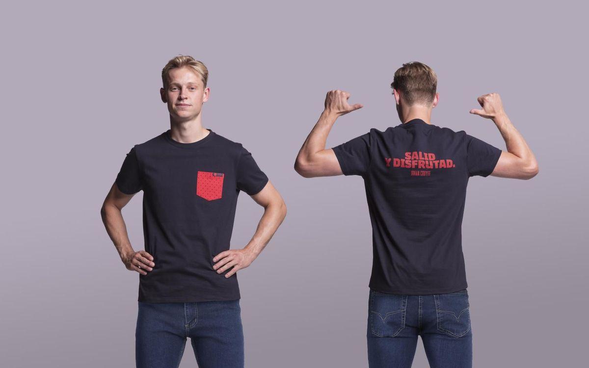 De Jong amb una de les samarretes de la col·lecció