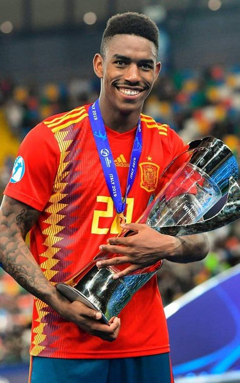 Junior soulève le trophée de l'Euro U19