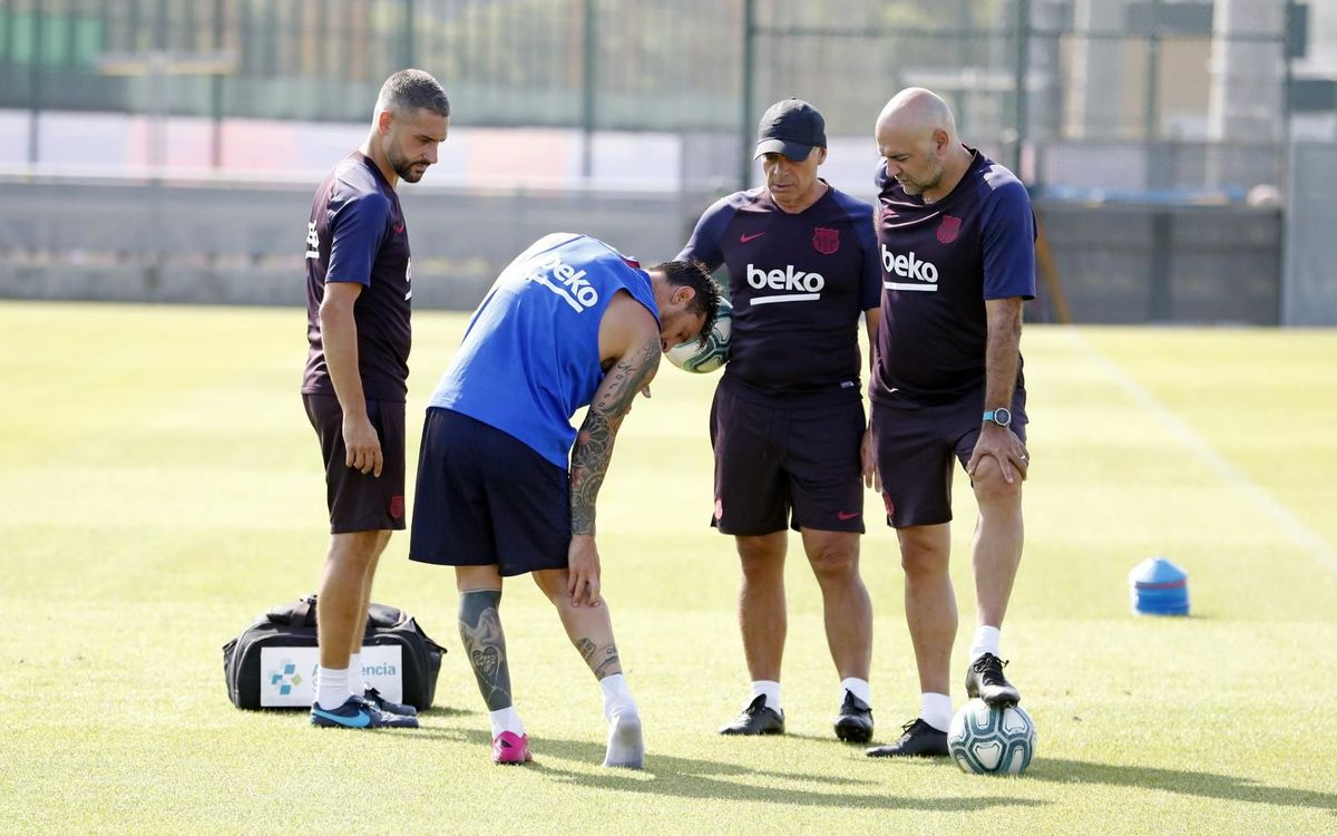 Leo Messi suffers right calf injury