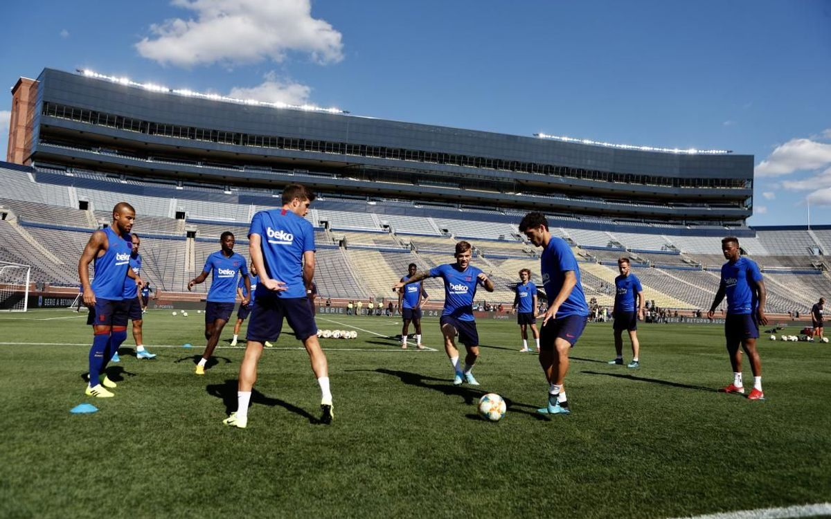 Barça train at Michigan Stadium, the biggest in the U.S.