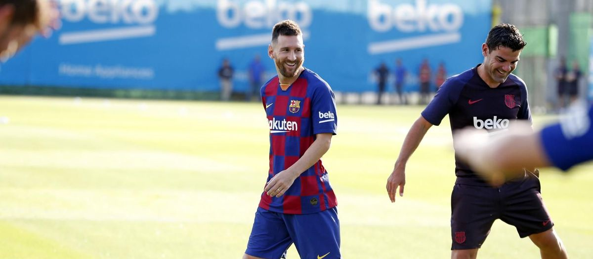 Leo Messi trains with the team