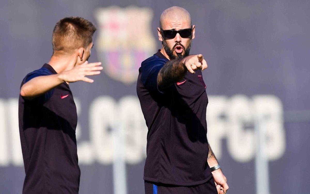 Víctor Valdés dando indicaciones a uno de sus jugadores