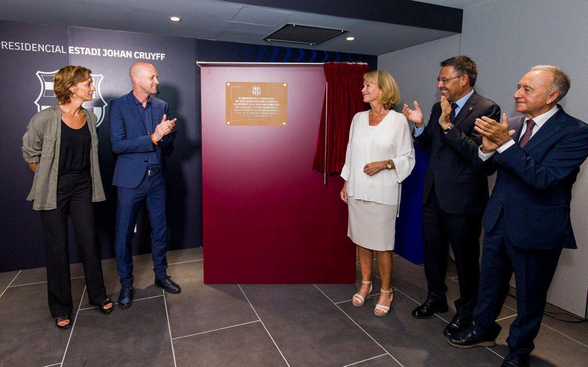 La placa inaugural de l'Estadi Johan Cruyff