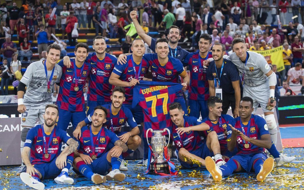 Els jugadors del Barça celebren el títol amb la samarreta d'Esquerdinha