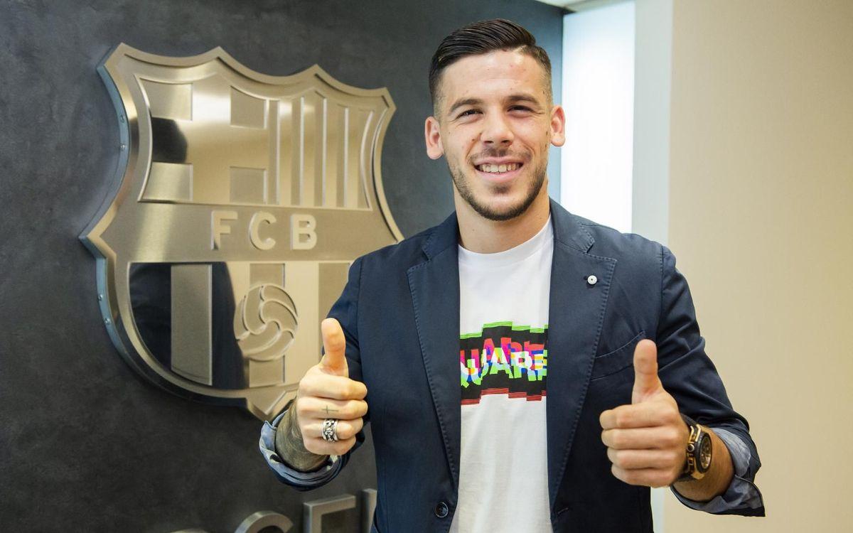 Carles Pérez després de firmar la renovació del contracte - Víctor Salgado-FCB