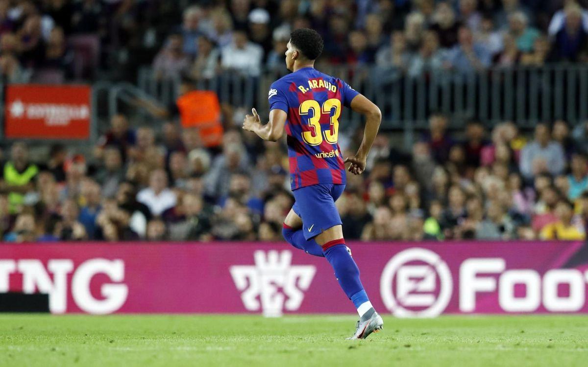 Araujo entre en action sur la pelouse du Camp Nou, pour la première fois de sa carrière