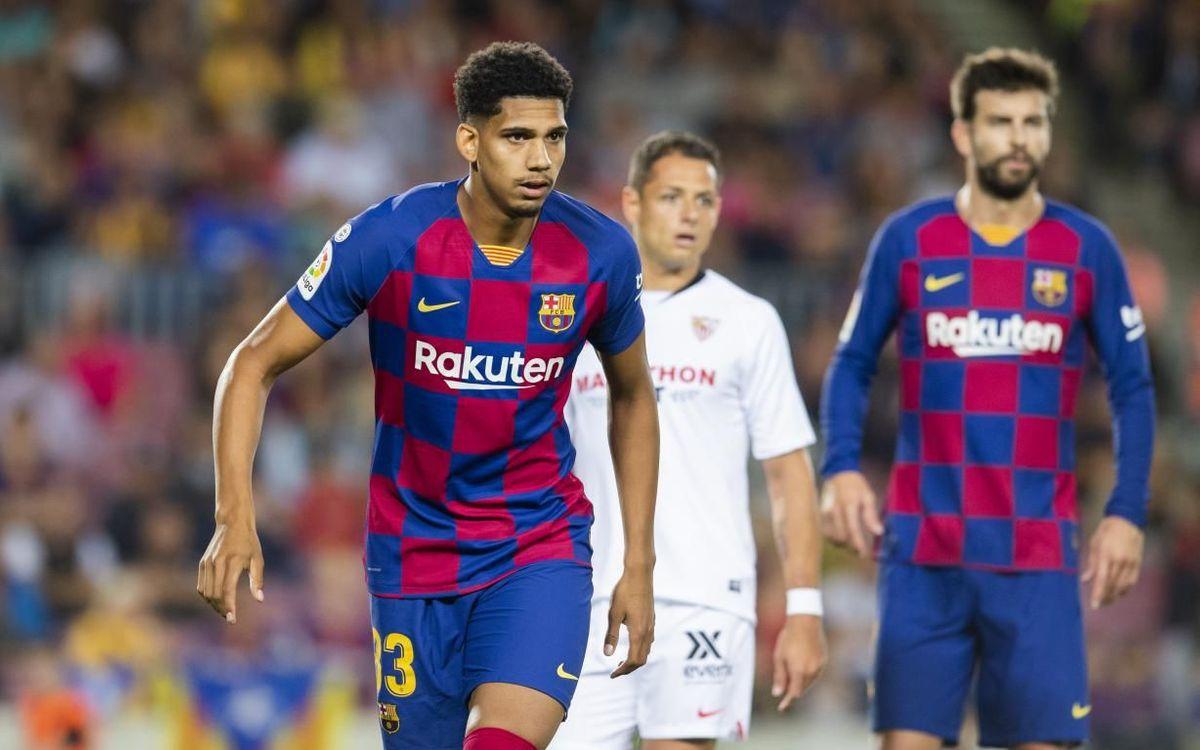 Araujo y Piqué durante el Barça-Sevilla