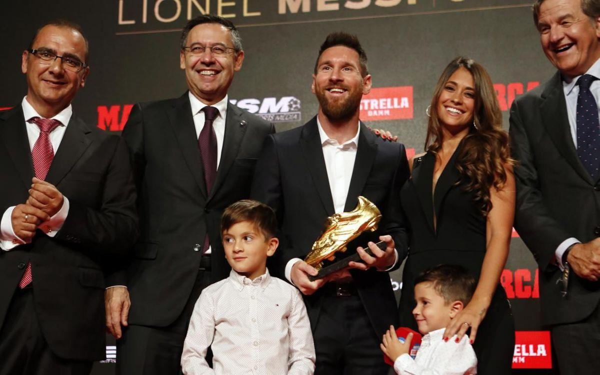 Messi es fotografia amb la Bota d'Or al costat de la seva família i del president del Barça