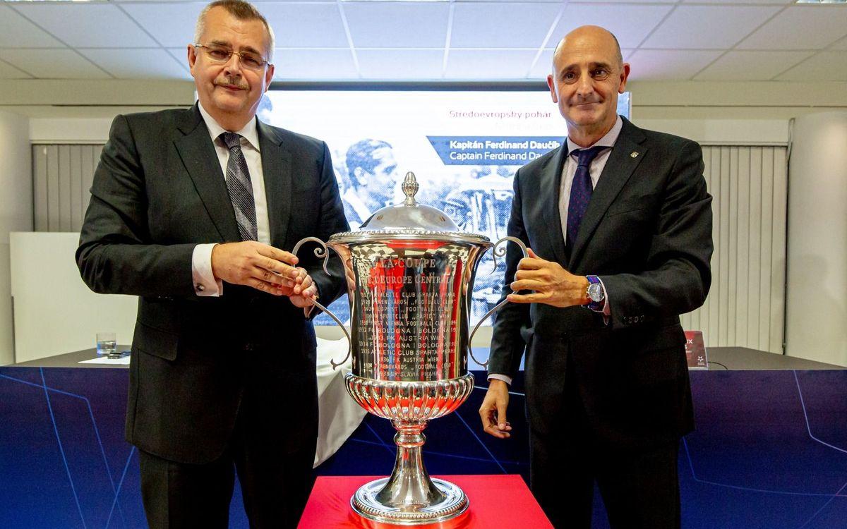 Jordi Moix a la presentació de la còpia de la Copa Mitropa
