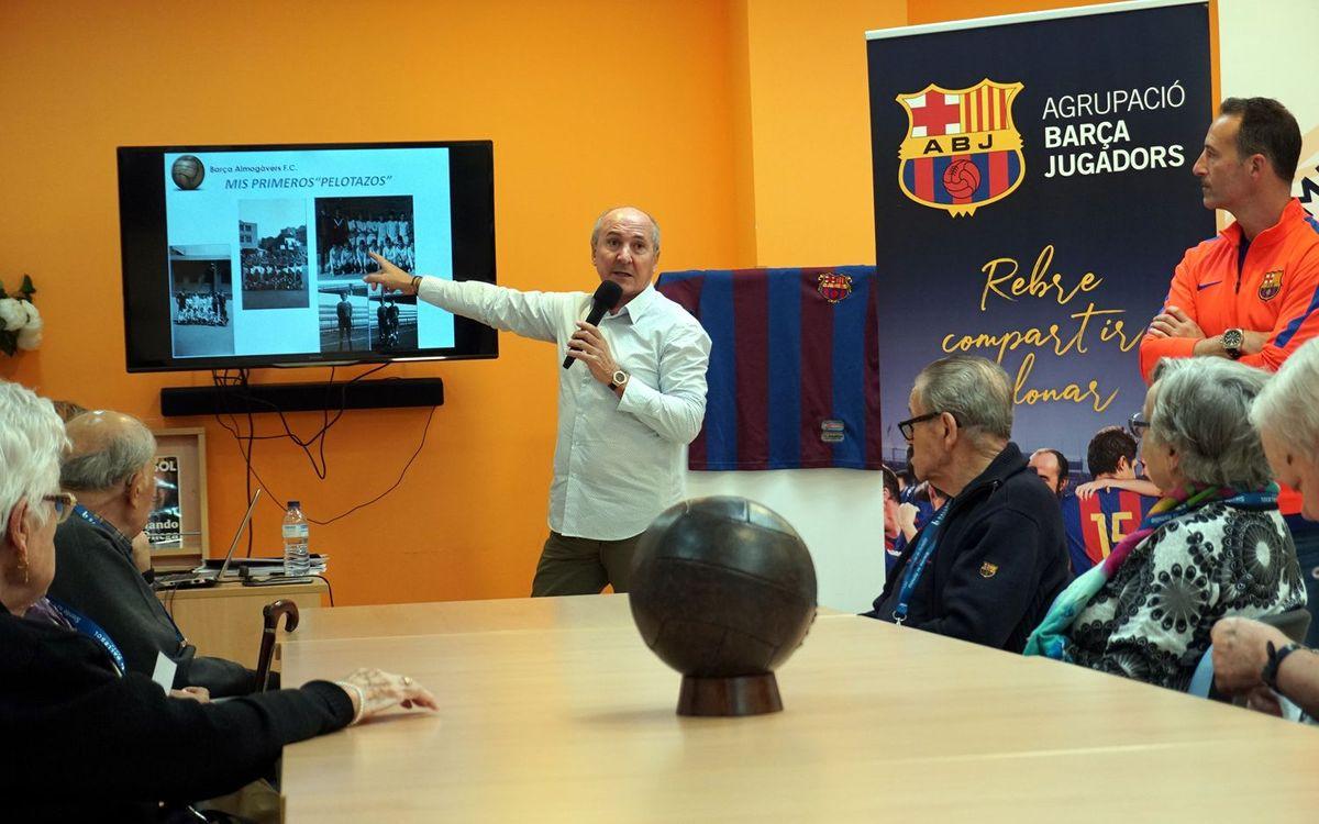Tente Sánchez, en su visita al Taller de Reminiscencia en la residencia Ballesol de Barcelona. ABJ