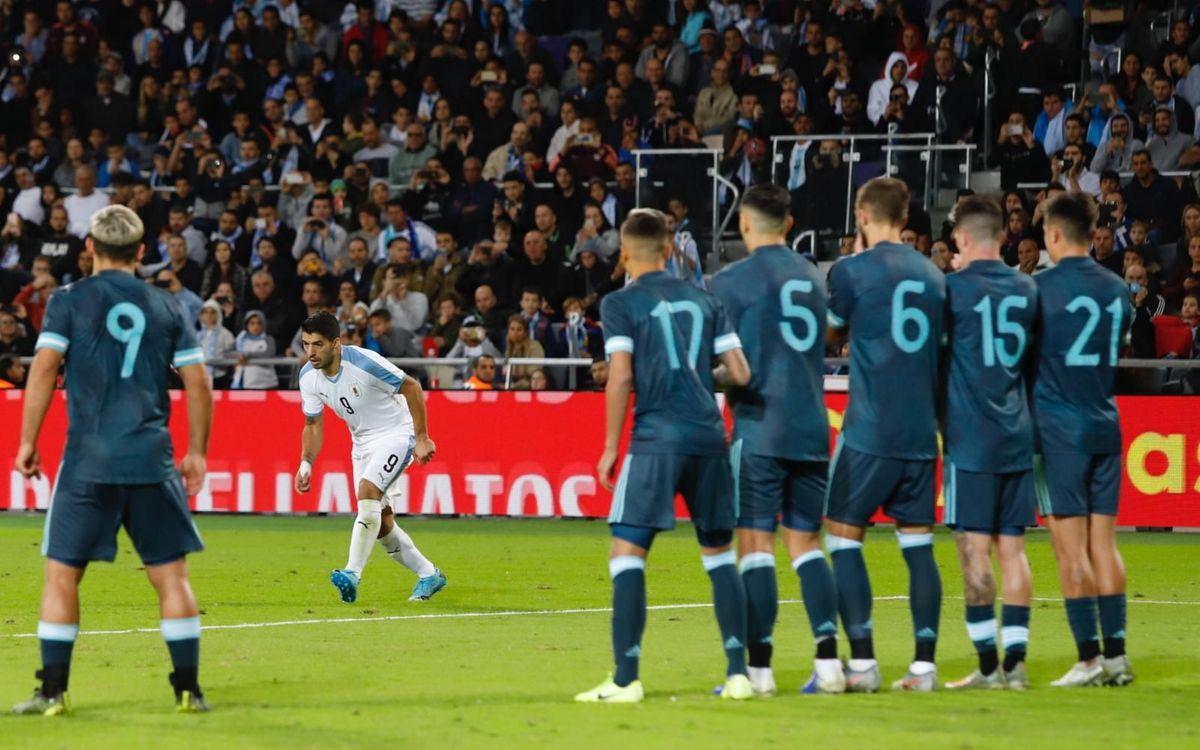 Le but de Suarez sur coup franc, synonyme de 1-2 pour l'Uruguay