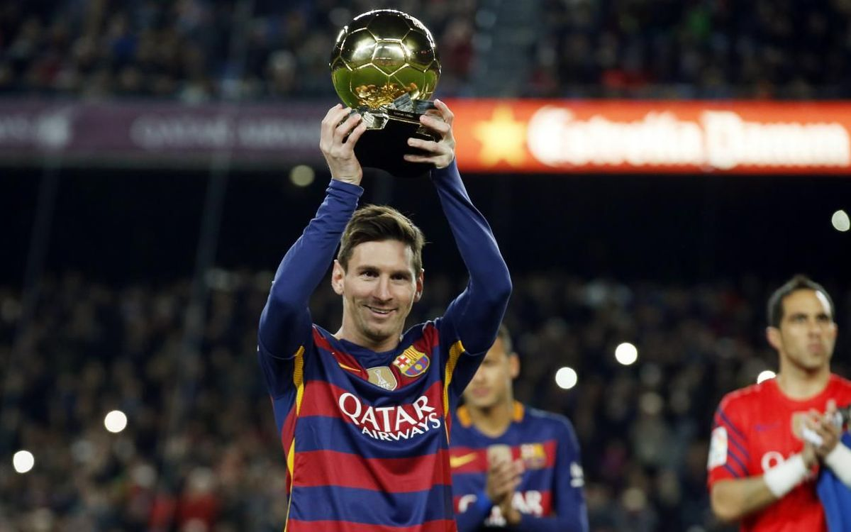 Leo Messi shows off his 5th Ballon d'Or award at the Camp Nou on January 18, 2016.