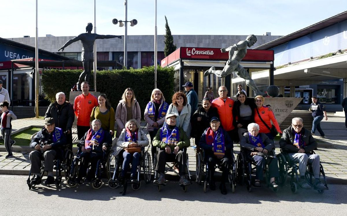 El grupo de la residencia Ballesol acabó la visita en el Camp Nou con una fotografía ante los monumentos a Cruyff y Kubala. MANEL MONTILLA.