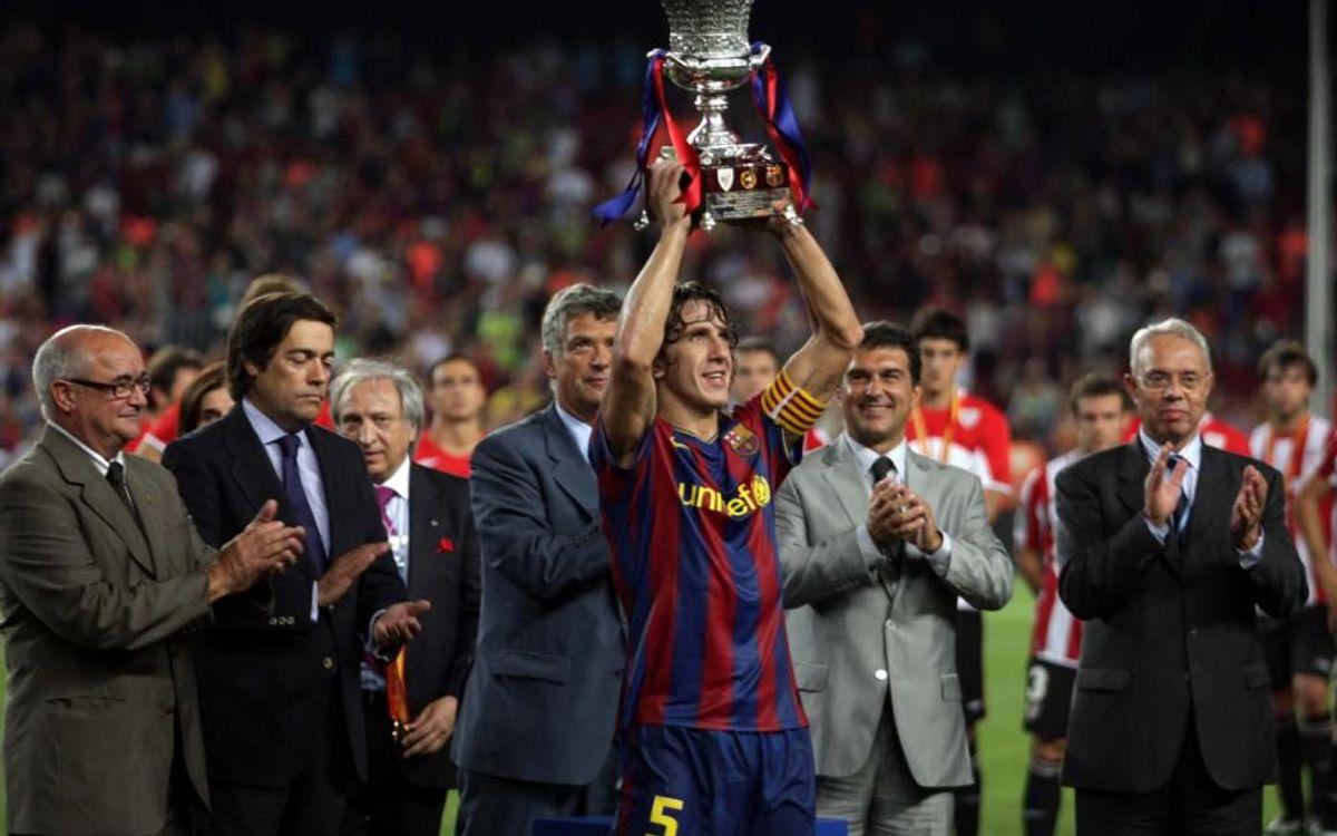Carles Puyol aixecant la Supercopa d'Espanya: el primer títol de la temporada 2009/10
