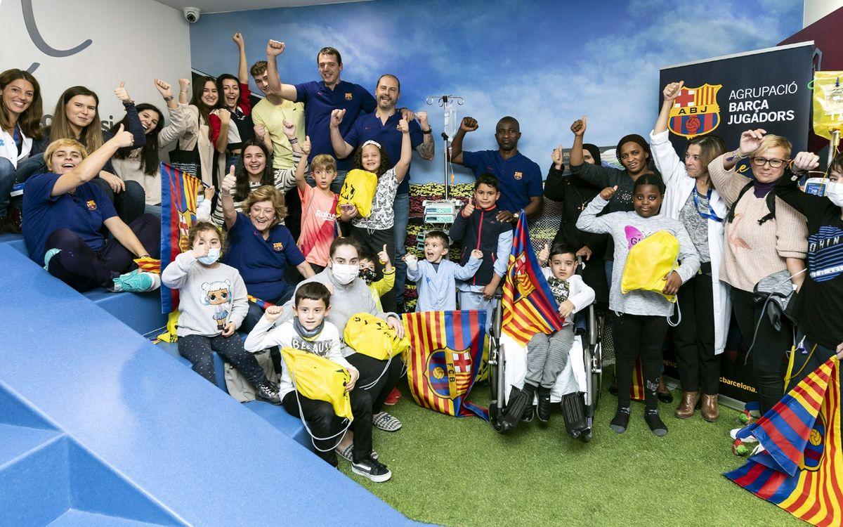 Niños, exjugadores del Barça y personal voluntario del Valle de Hebron llenaron el Espai Barça del centro hospitalario. Sergio Ruiz / ABJ