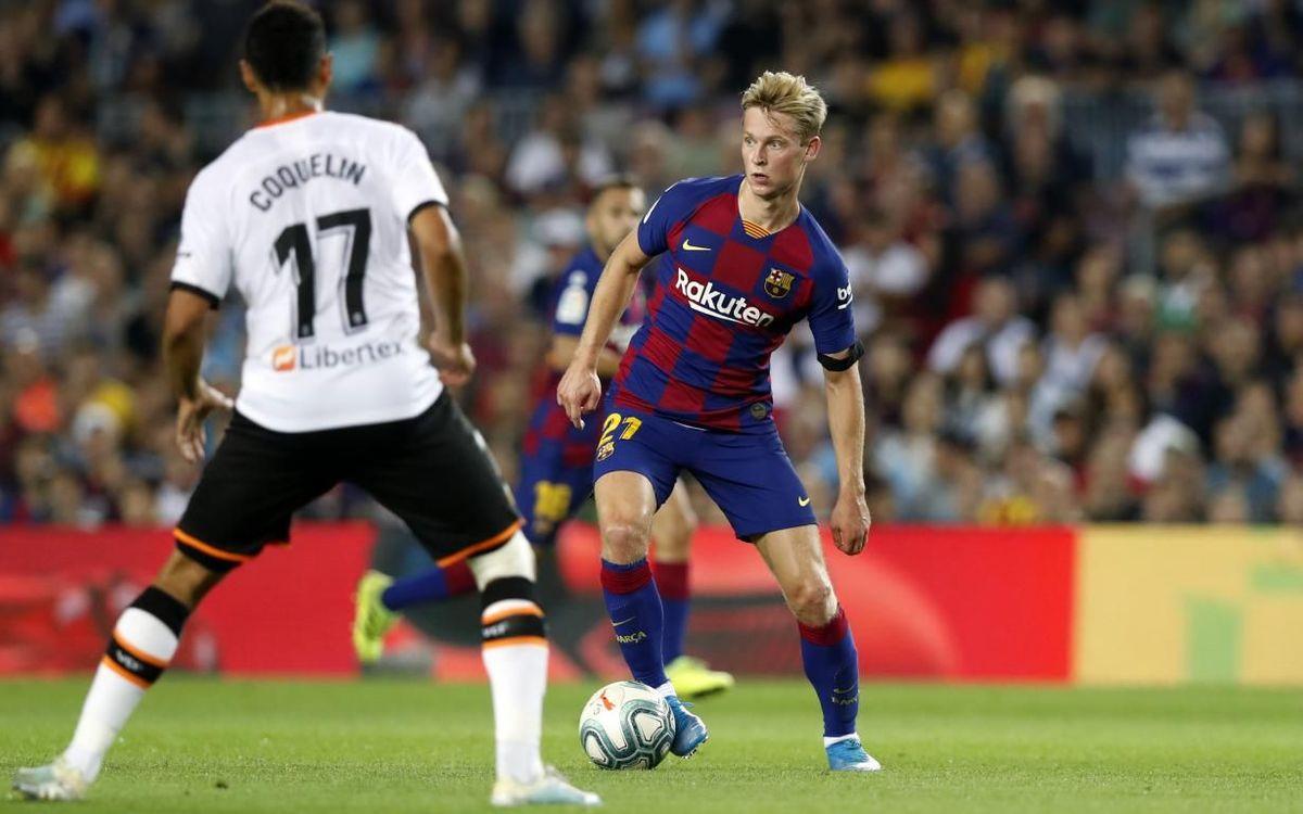De Jong, con el balón bajo control contra el Valencia.