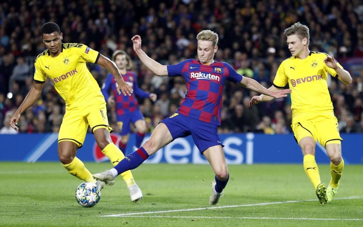 De Jong, rodeado de rivales del Borussia Dortmund.