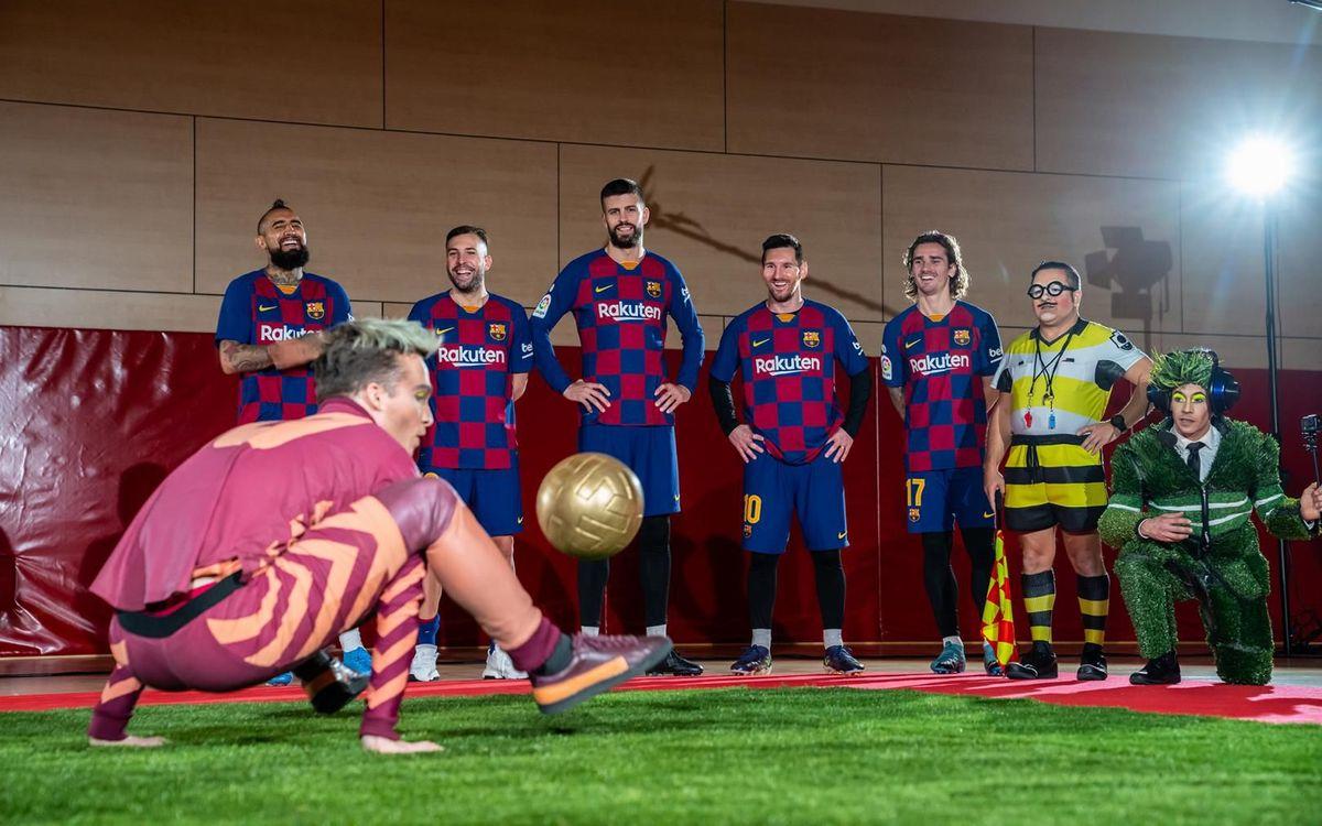 Duel de jocs amb la pilota entre els jugadors del Barça i els artistes de 'Messi 10 by Cirque du Soleil'