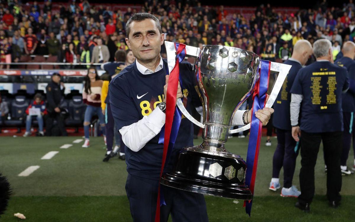 L'entraîneur blaugrana avec le trophée de la Liga 2018/19