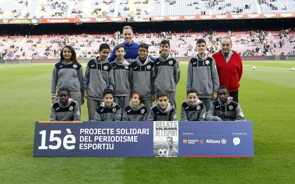 Marc André Ter Stegen, padrí de la 15a edició dels 'Relats Solidaris de l'Esport', amb nens i nenes beneficiaris de la Fundació Manel