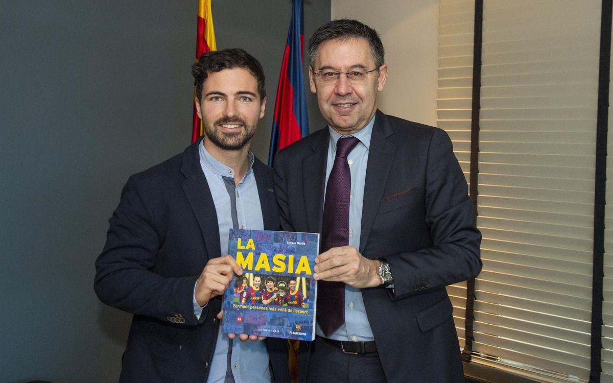El presidente Bartomeu recibe el autor del libro 'La Masia'