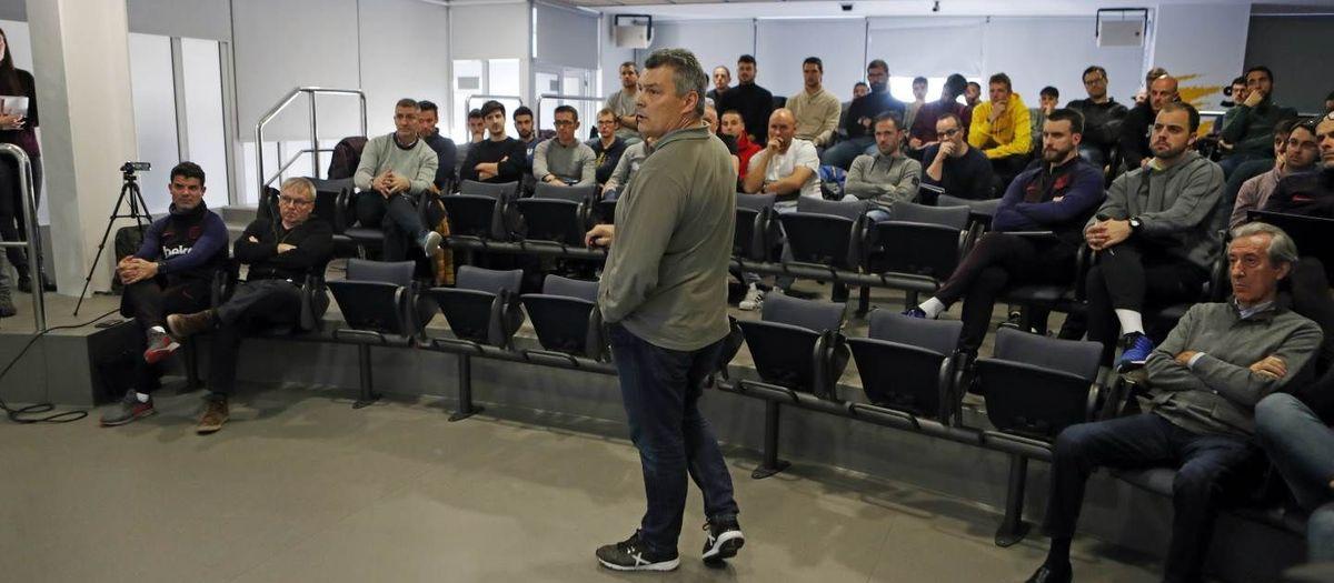 Charla de Xavi Pascual a los técnicos de La Masía