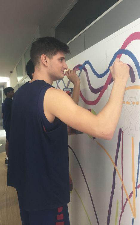 El Barça B i el Júnior, pinten el mural #MatealEstigma