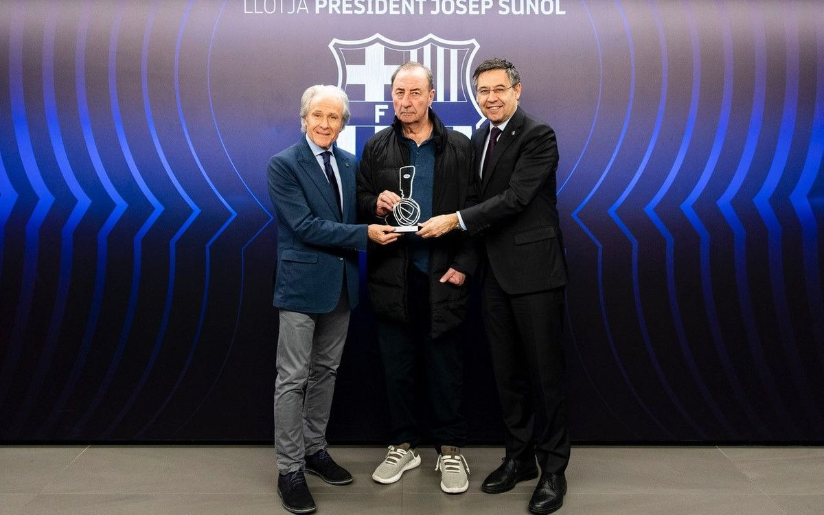 Quique Costas receives the honorific Fair Play Award. Germán Parga/FCB