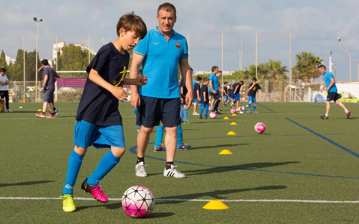 La Agrupación becará a 2 exjugadores del FC Barcelona para mejorar el inglés en Inglaterra