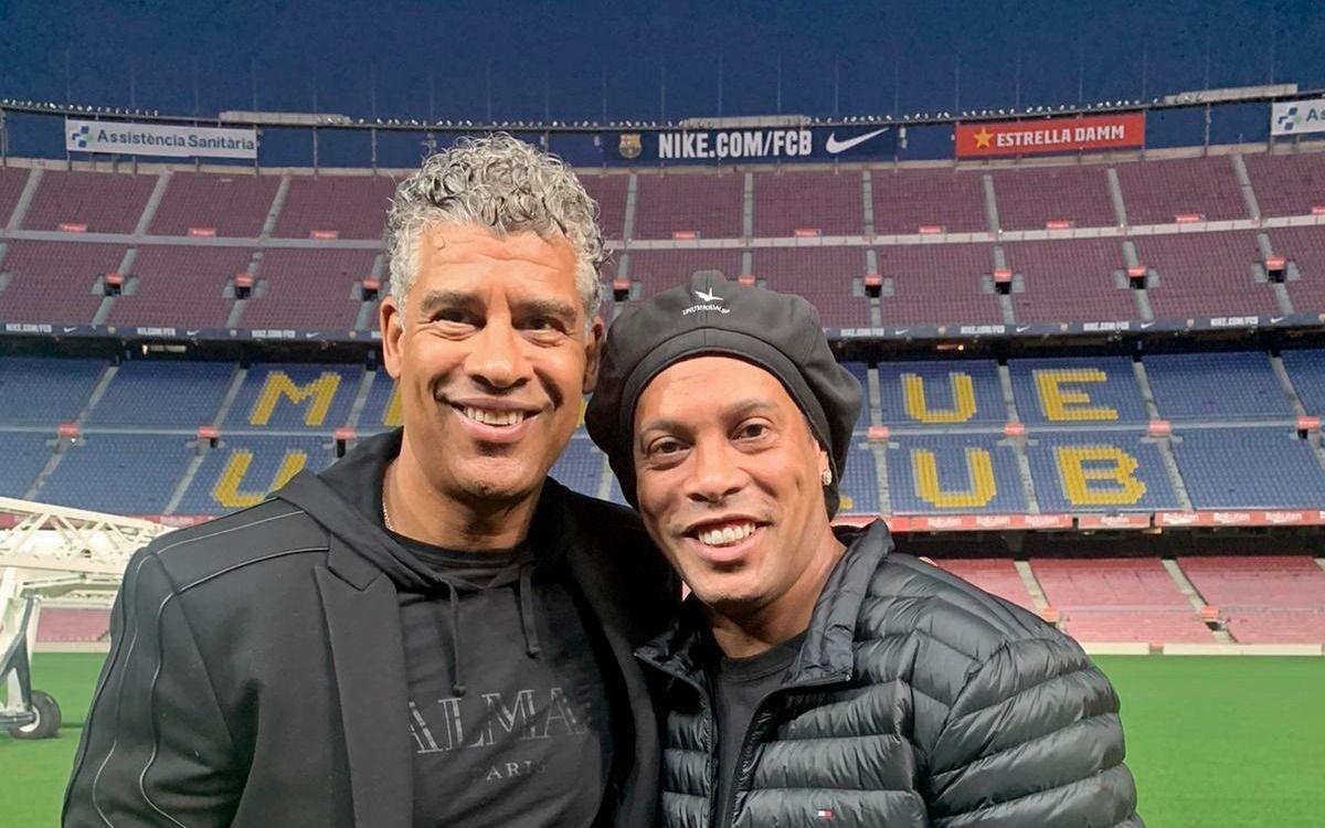 Ronaldinho y Rijkaard visitan el Camp Nou