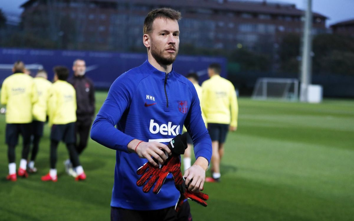Piqué and Neto return to training
