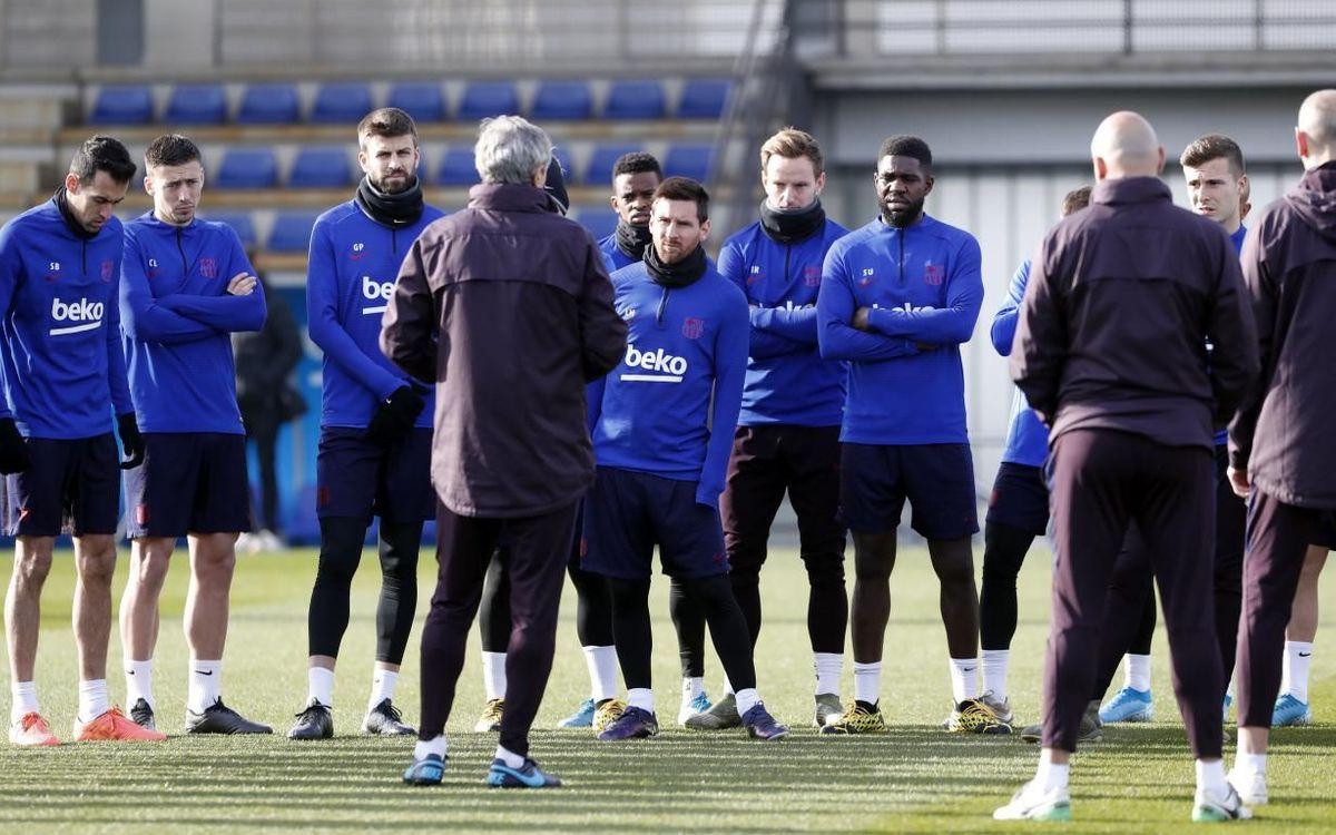 L'effectif du Barça écoute les consignes de Quique Setién à l'entraînement