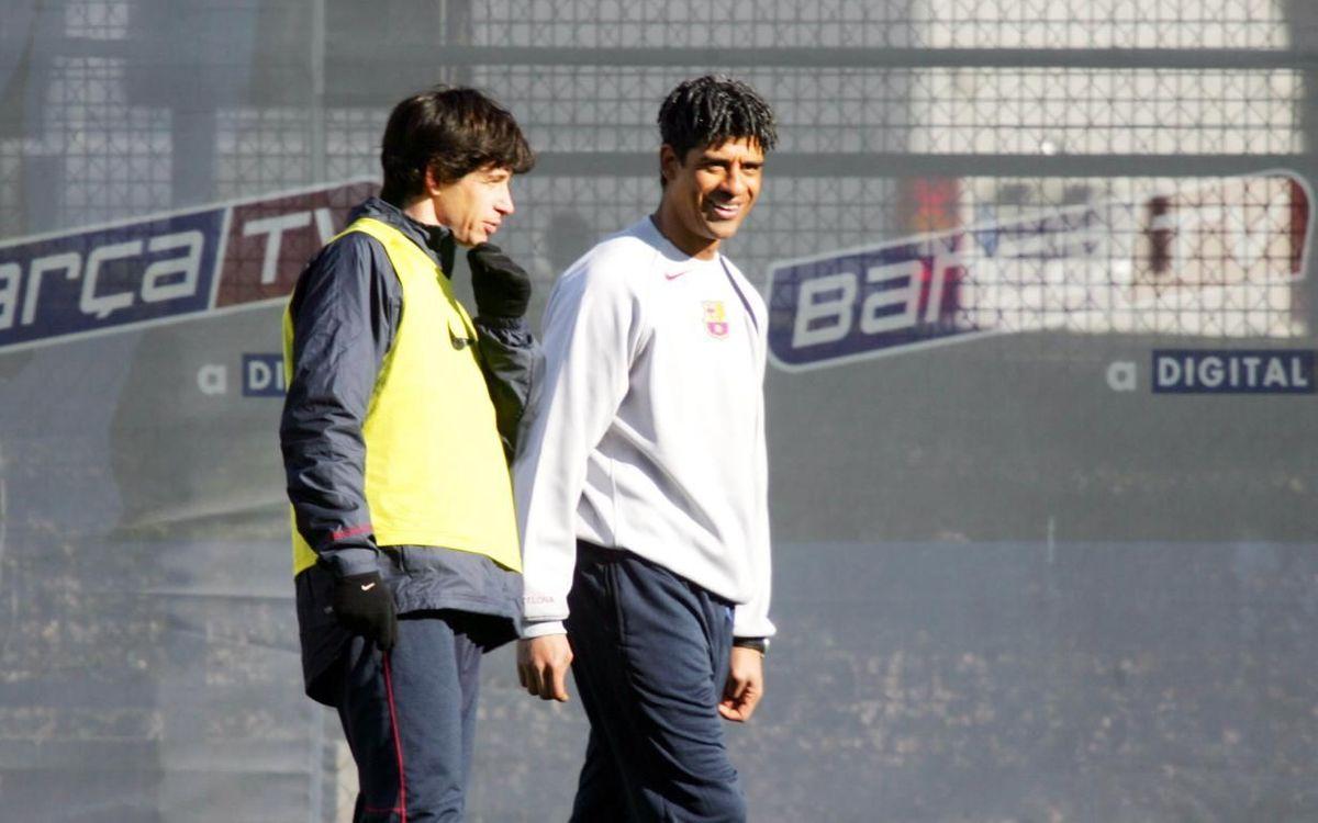 Albertini, dialogant amb Frank Rijkaard en la seva etapa al Barça.