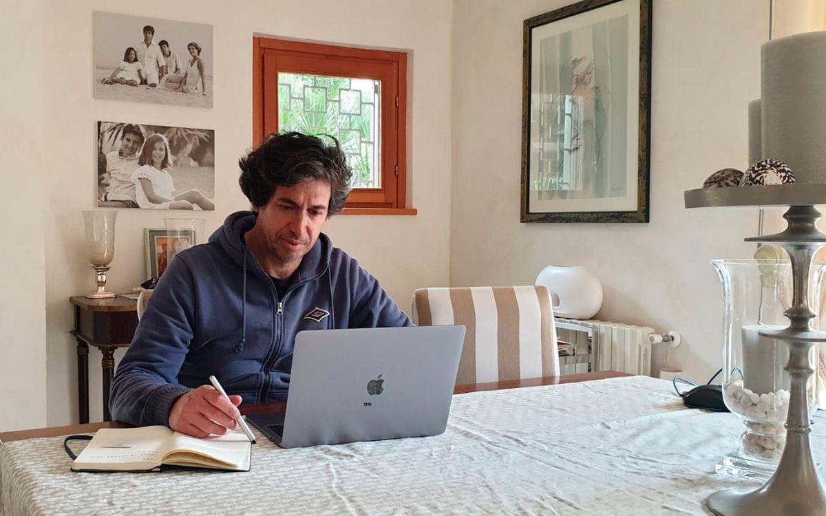 Albertini, treballant des de l'escriptori de casa seva.