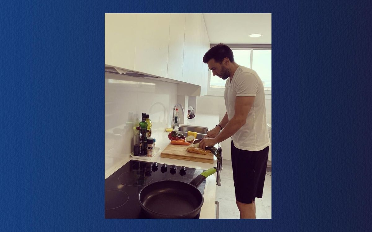 Eder Sarabia prépare son repas : omelette et poulet à la plancha