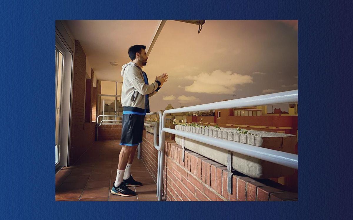 Tous les jours à 20h, Sarabia sort à son balcon pour applaudir le personnel soignant