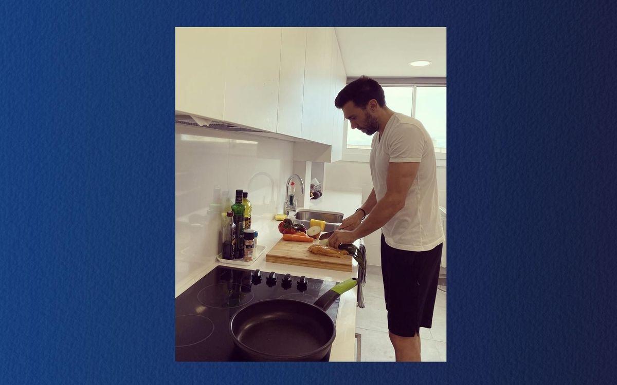 Eder Sarabia preparando su cena: tortilla francesa y unas pechugas de pollo a la plancha